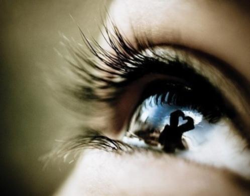 关于伤感带眼泪的图片 眼睛有泪水的特写眼睛图片