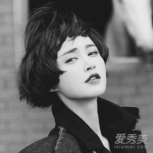 文艺范十足的蘑菇头短发发型,齐刘海短发造型凸显浓浓复古感,将张歆艺